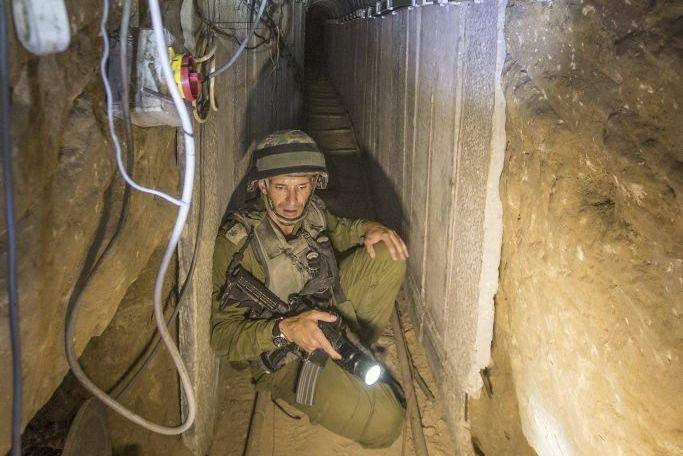 Un soldat israélien donne des explications aux journalistes... (PHOTO JACK GUEZ, AFP)
