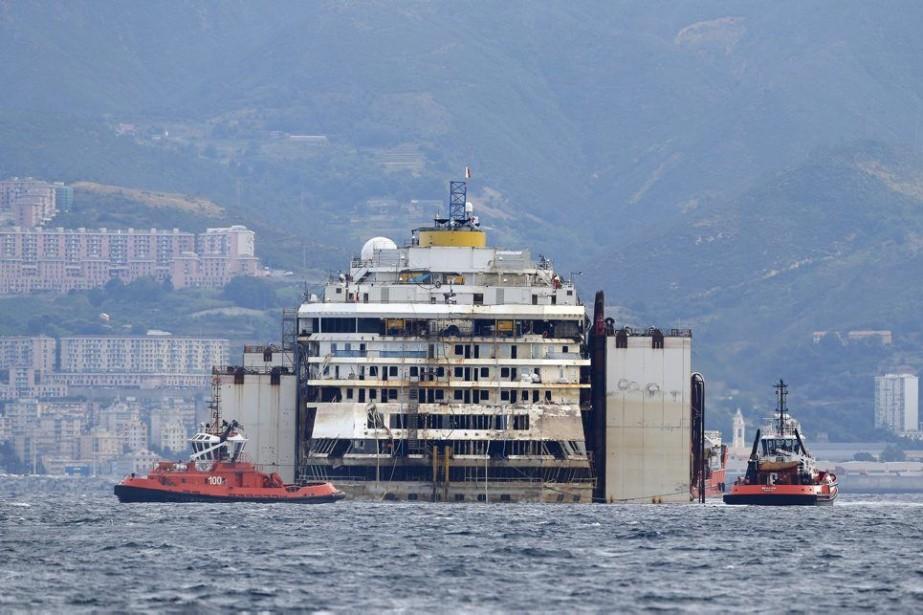 La carcasse du navire a pénétré en fin... (PHOTO ANTONIO CALANNI, AP)