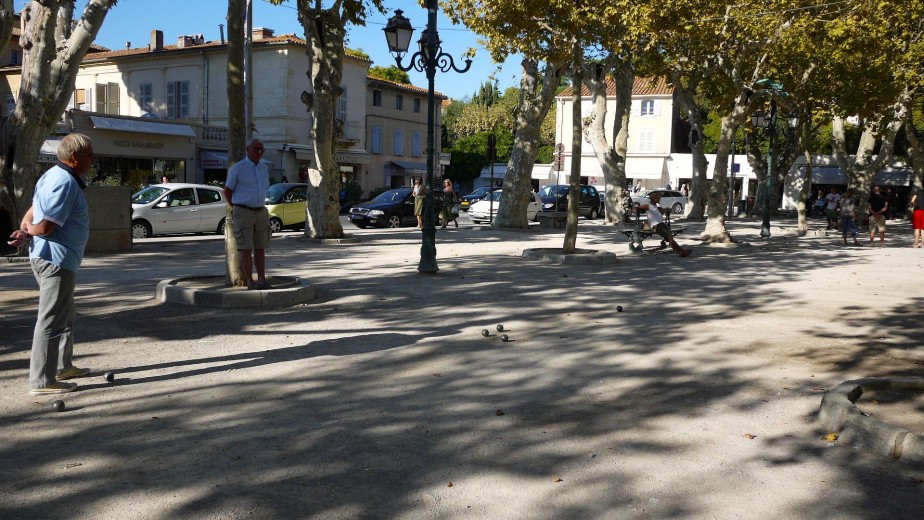 Partie de pétanque à la place des Lices. (Photo Philippine de Tinguy, collaboration spéciale)
