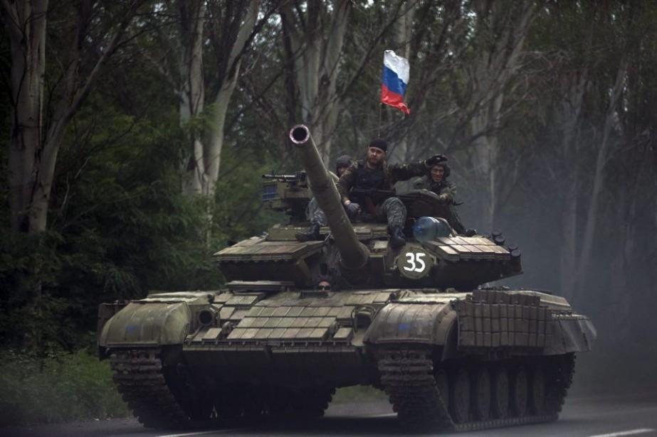 Le drapeau Russe flotte sur un tank.... (Photo Vadim Ghirda, archives AP)