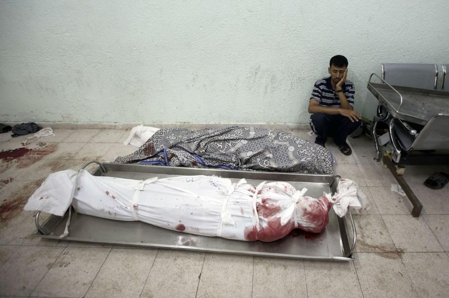Un Palestinien pleure la mort de proches après... (PHOTO MAHMUD HAMS, AFP)