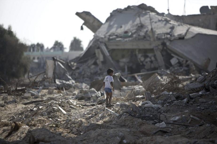 Un garçon marche dans les ruines des maisons... (PHOTO MAHMUD HAMS, AGENCE FRANCE-PRESSE)