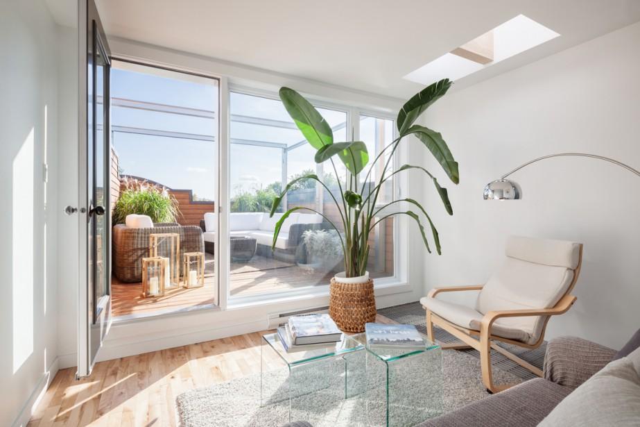 <span>La création d'une mezzanine sur le toit a permis à Guillaume Lévesque de gagner deux pièces ouvertes, baignées de lumière. Ici, on aperçoit l'espace détente, avec vue sur la terrasse orientée au sud-ouest.</span> (PHOTO CHARLES LANTEIGNE, FOURNIE PAR GUILLAUME LÉVESQUE ARCHITECTE)
