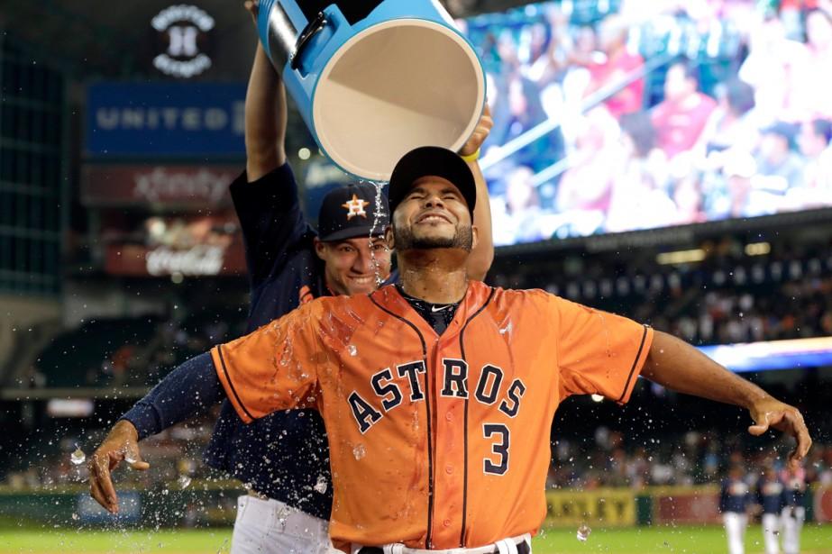 Gregorio Petit (3) des Astros de Houston est... (Photo David J. Phillip, Associated Press)