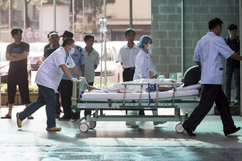 Une victime de l'explosion est transportée dans un... (PHOTO JOHANNES EISELE, AFP)