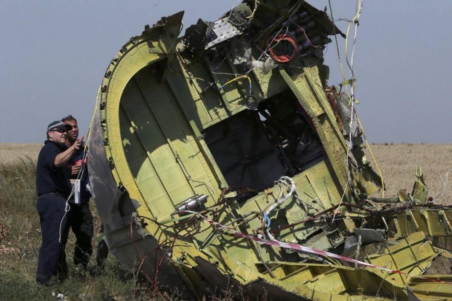 Des experts internationaux examinent des morceauxdu Boeing malaisien... (PHOTO SERGEI KARPUKHIN, REUTERS)