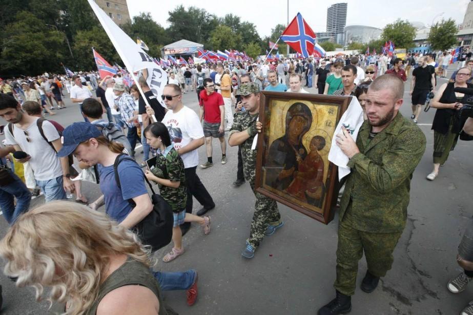 Plusieurs séparatistes venus de la «République de Donetsk»... (PHOTO MAXIM ZMEYEV, REUTERS)