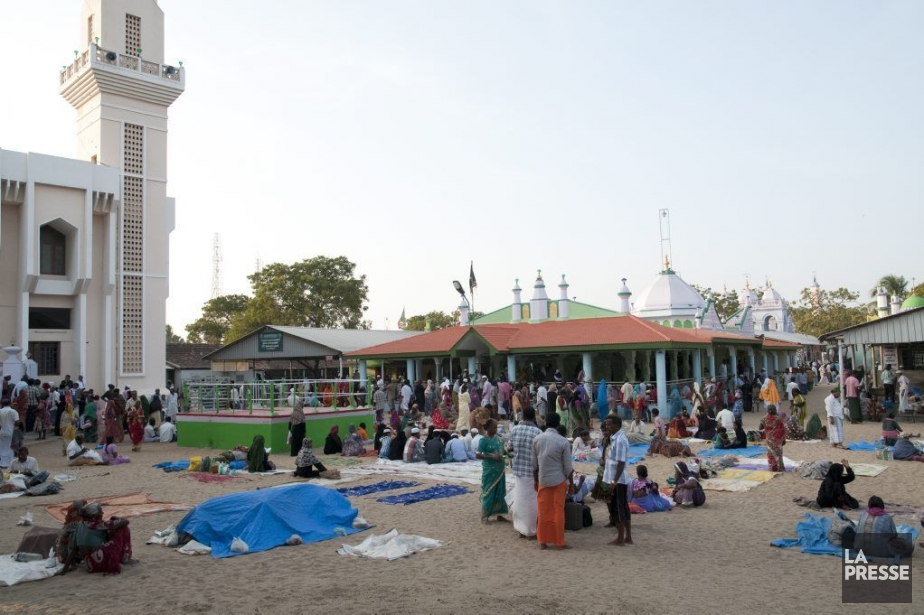 Une vaste mosquée, des tombeaux aux tons pastel... (PHOTO MARIE-SOLEIL DESAUTELS, LA PRESSE)