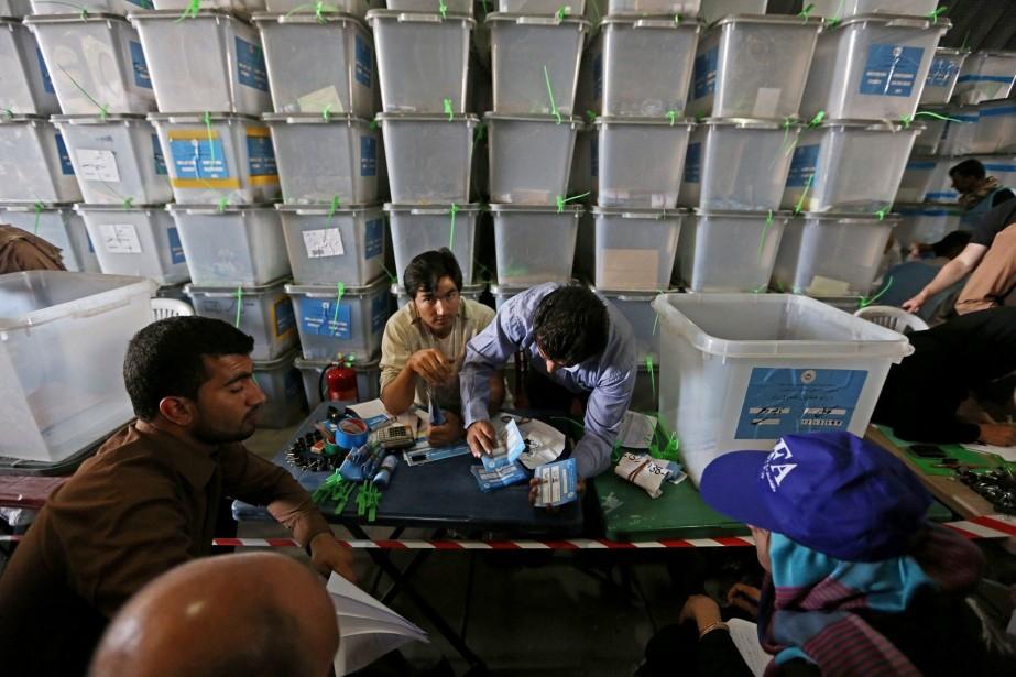 Des employés classent les bulletins de vote afin... (Photo Rahmat Gul, archives AP)