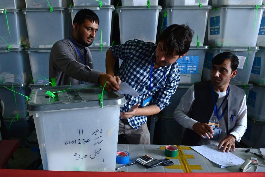 Début juillet, la commission électorale avait publié des... (Photo WAKIL KOHSAR, AFP)