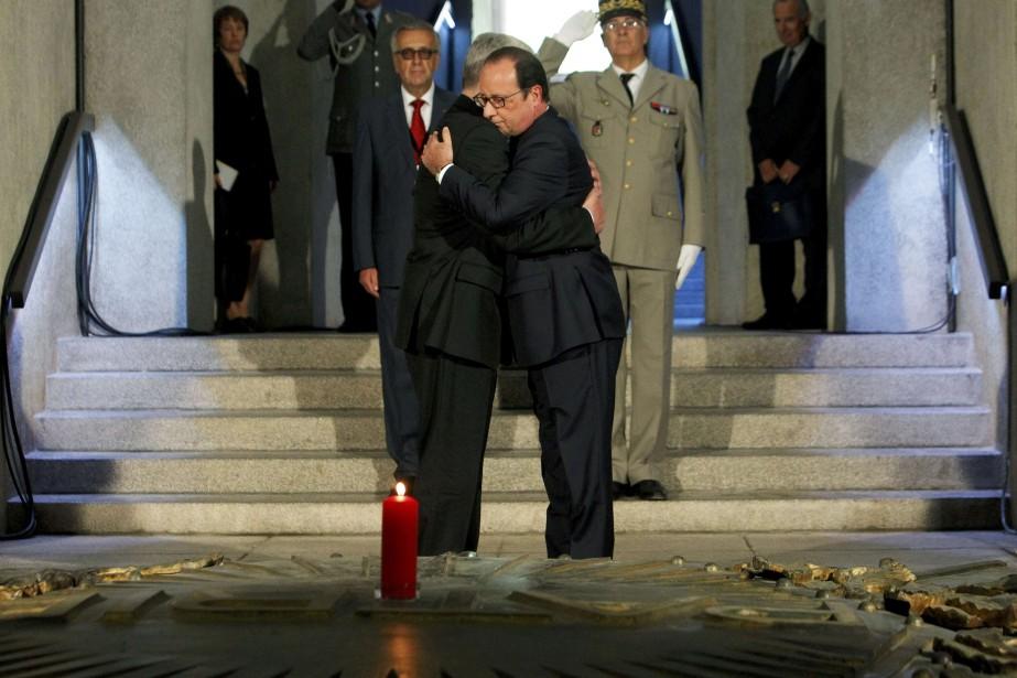 Serrés l'un contre l'autre, les présidents français et... (Photo REUTERS)