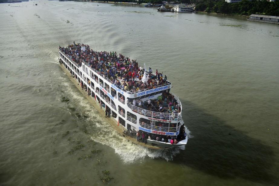 Les accidents de traversier sont fréquents au Bangladesh.... (Photo MUNIR UZ ZAMAN, AFP)