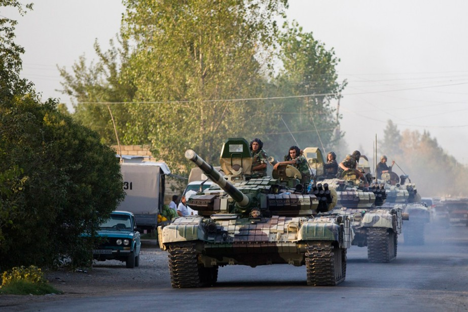Des chars d'assaut azerbaïdjanais se dirigent vers Agdam.... (PHOTO ABBAS ATILAY, ASSOCIATED PRESS)