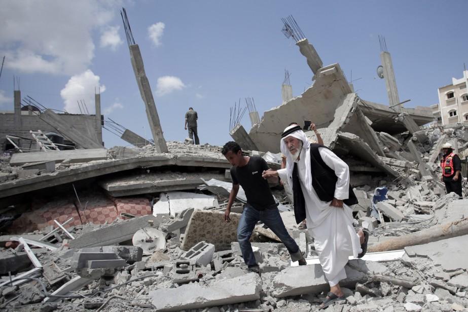 Des Palestiniens se fraient un chemin dans les... (PHOTO KHALIL HAMRA, ASSOCIATED PRESS)
