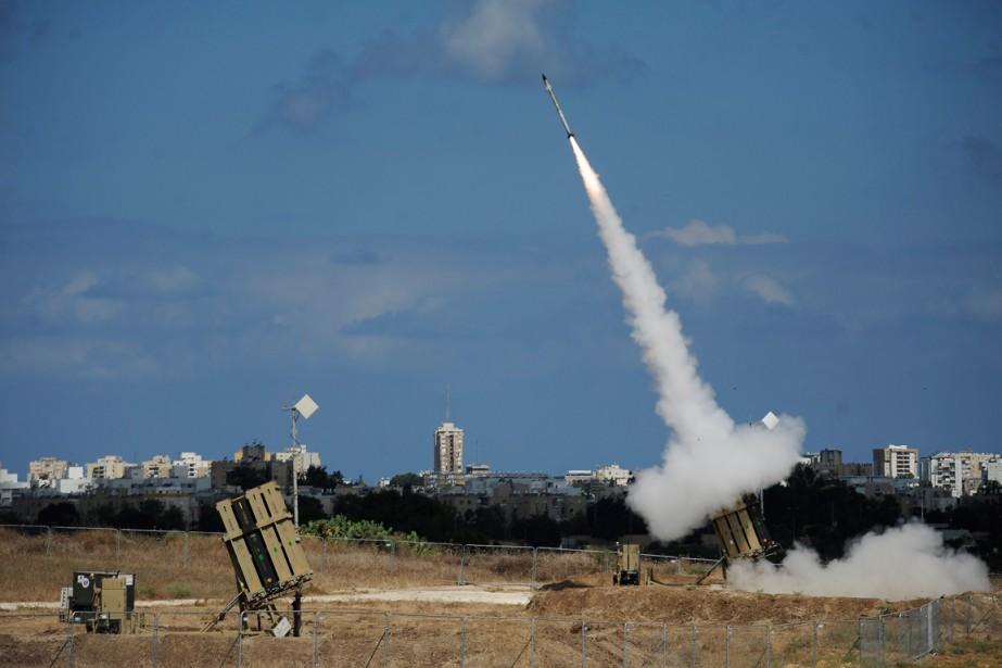 Un missile est lancé depuis une batterie du... (PHOTO DAVID BUIMOVITCH, AGENCE FRANCE-PRESSE)