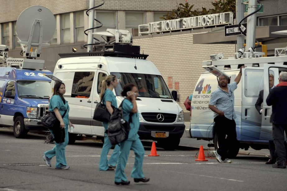 Les médias ont accouru au Mount Sinai Hospital,... (STAN HONDA)
