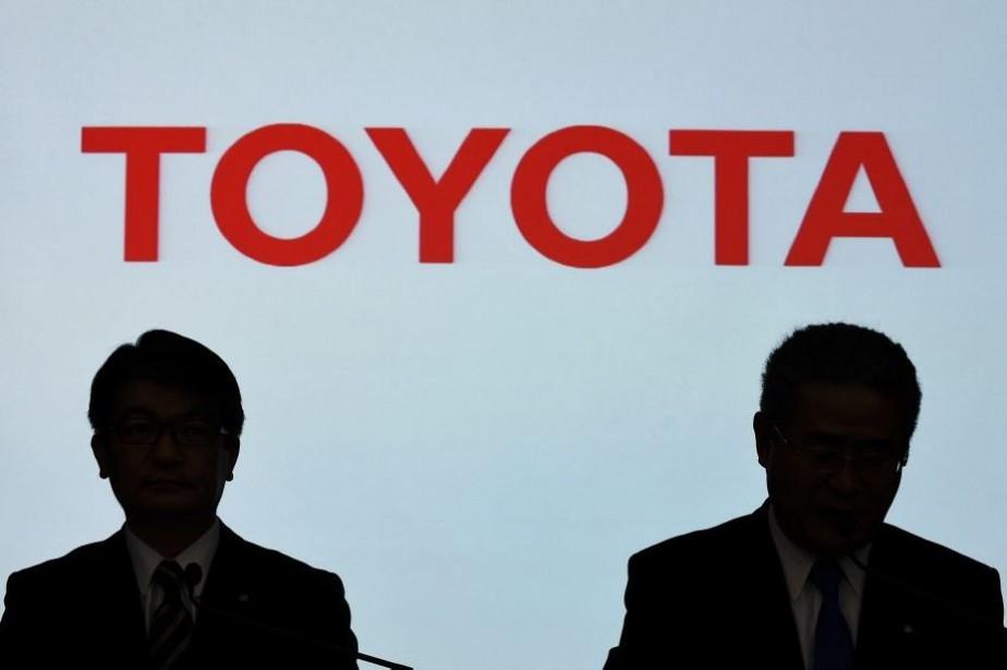 Les hauts dirigeants de Toyota, Koki Konishi et... (PHOTO TOSHIFUMI KITAMURA, AFP)