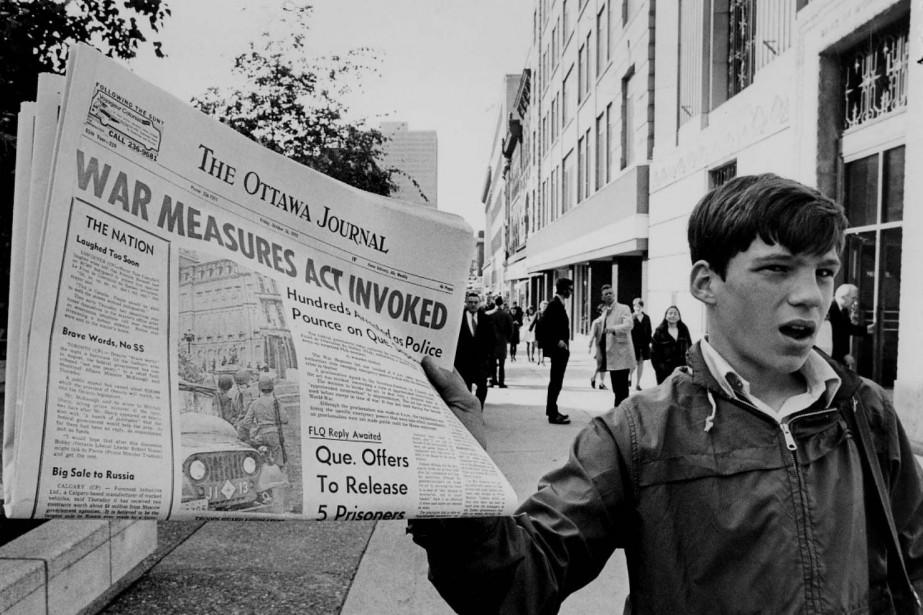 Un camelot tient un journal annonçant l'application de... (Photo Archives PC)