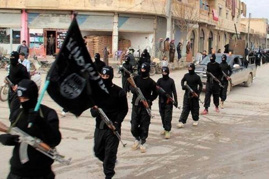 Des djihadistes de l'EI paradent en Syrie.... (Photo tirée d'un site web lié à Al-Qaïda)