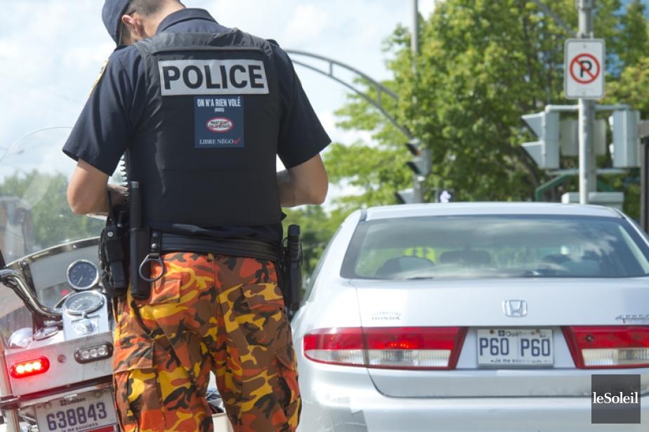 En modifiant l'apparence de leurs uniformes, les policiers... (PHOTO ERICK LABBÉ, LE SOLEIL)