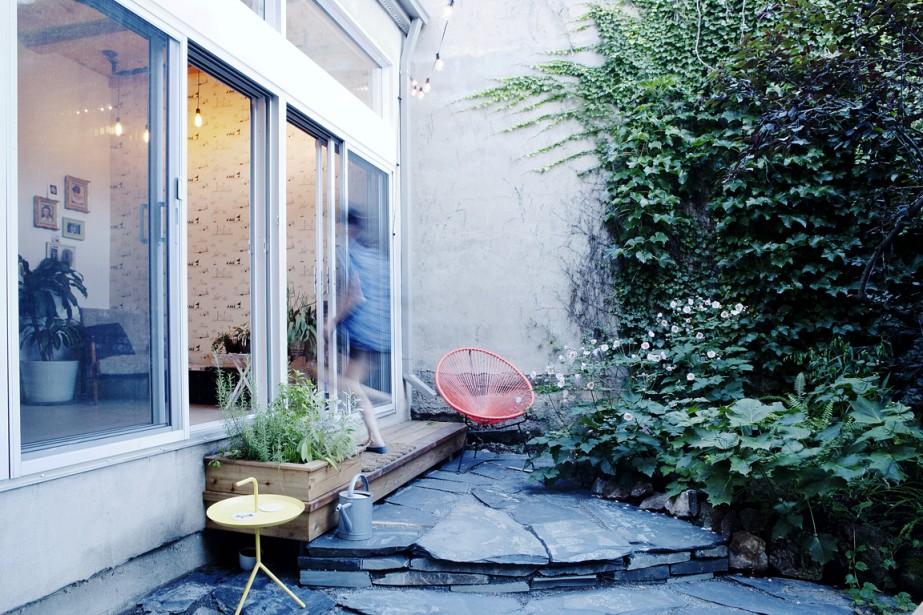Conçu par la firme APPAREIL architecture, l'agrandissement de cet appartement en copropriété du Mile End, dans l'arrondissement du Plateau-Mont-Royal, à Montréal, donne sur une petite cour intimiste.<!--EndFragment--> (PHOTO MATHIEU LAVERDIÈRE, FOURNIE PAR APPAREIL ARCHITECTURE)