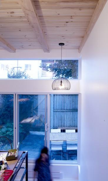 Le bandeau de fenêtres, installé près du plafond de l'ajout (d'une hauteur de 12 pi environ), laisse pénétrer la lumière naturelle plus profondément dans l'appartement.<!--EndFragment--> (PHOTO MATHIEU LAVERDIÈRE, FOURNIE PAR APPAREIL ARCHITECTURE)