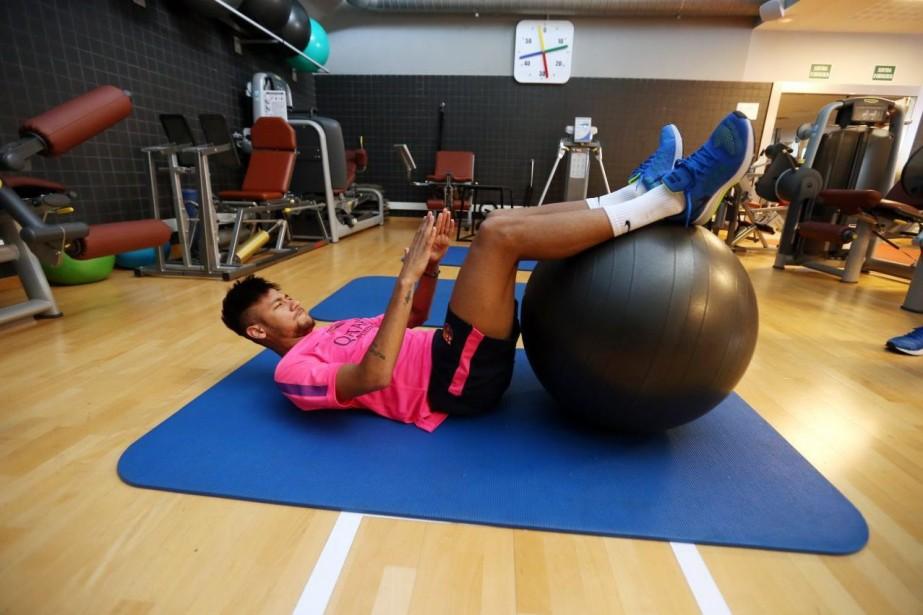 Neymar a subi une fracture d'une des vertèbres... (Photo AP)