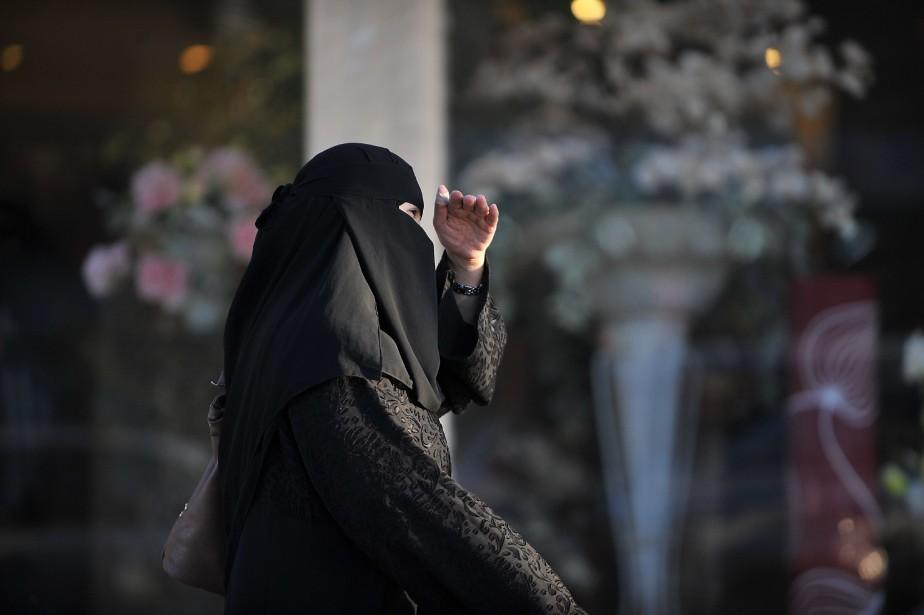 Une femme marche dans les rues deRiyad, en... (PHOTO FAYEZ NURELDINE, ARCHIVES AFP)