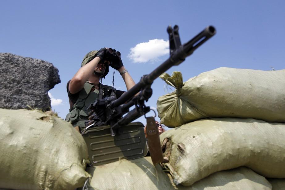 Un soldat ukrainien monte la garde à un... (PHOTO VALENTYN OGIRENKO, REUTERS)