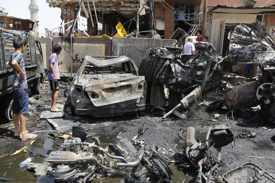 Des gens sont rassemblés autour des débris d'une... (Photo archives Reuters)