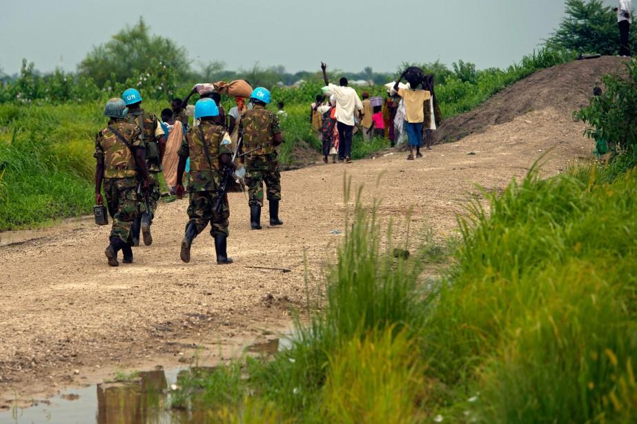 Des casques bleus patrouillent dans un village du... (PHOTO ALI NGETHI, ARCHIVES AFP)