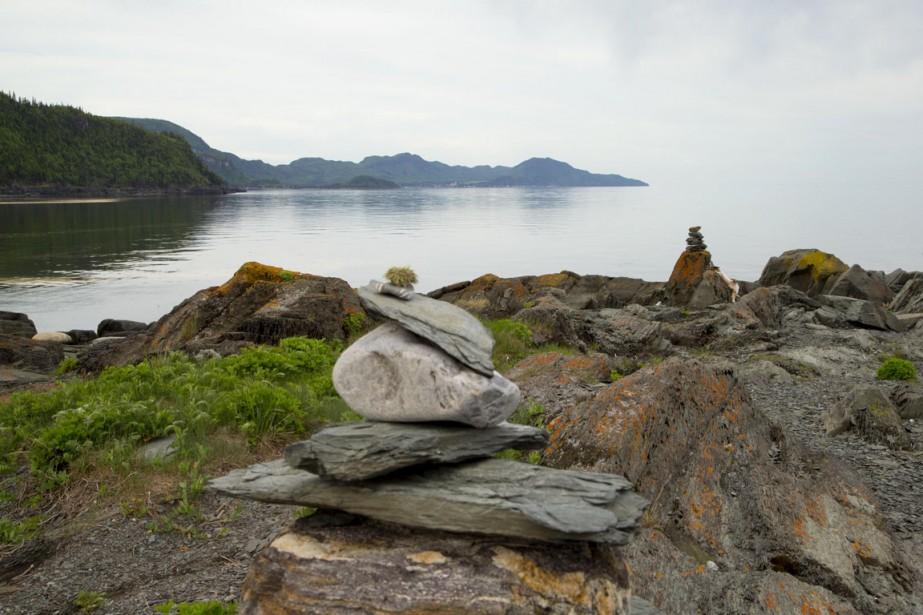 Le sentier suit le littoral, dont une grande partie est submergée à marée haute. Le va-et-vient du fleuve détermine donc l'heure à laquelle il faut partir pour ne pas se retrouver coincé sur un rocher au milieu des eaux... (Photo Alain Roberge, La Presse)