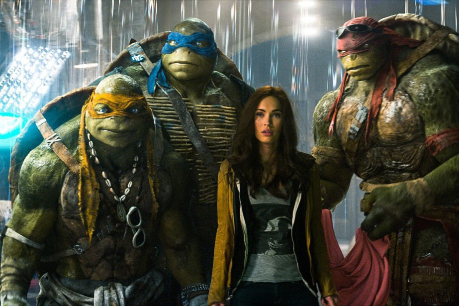 Michelangelo, Leonardo, Megan Fox et Raphael dans Les Tortues... (Photo: fournie par Paramount Pictures)