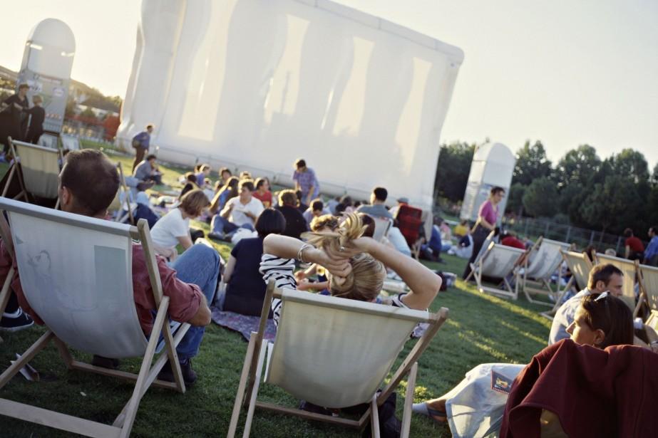 Des milliers de cinéphiles sont rassemblés sur le... (Photo fournie par Le Parc de la Villette)