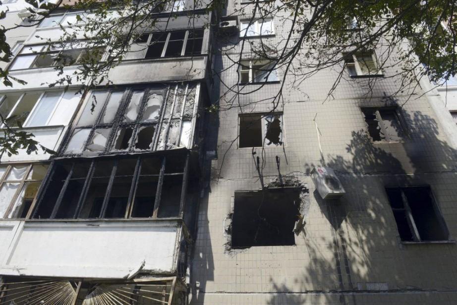 Un édifice de Donetsk endommagé à la suite... (PHOTO ALEXANDER KHUDOTEPLY, AFP)