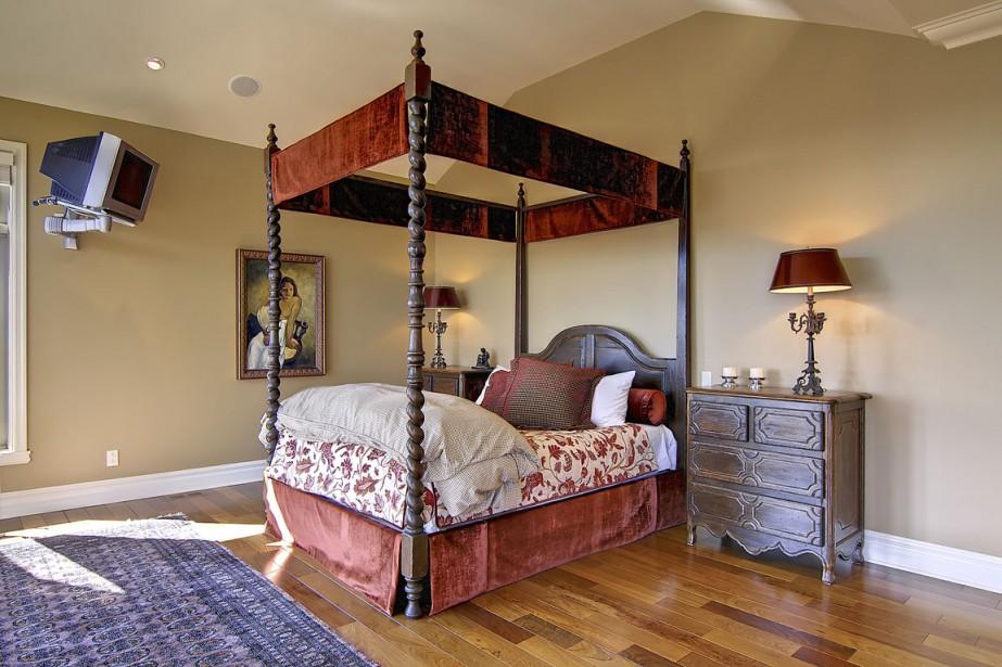 Il faut des plafonds hauts et beaucoup d'espace pour se permettre d'avoir un lit à baldaquin. Nulle inquiétude ici, car la chambre à coucher s'étend sur plus de 700 pi2 à elle seule! À l'autre extrémité de la pièce, le coin bureau de monsieur. Et le vestiaire de plain-pied se trouve dans un local attenant. (Photos fournies par Profusion immobilier)