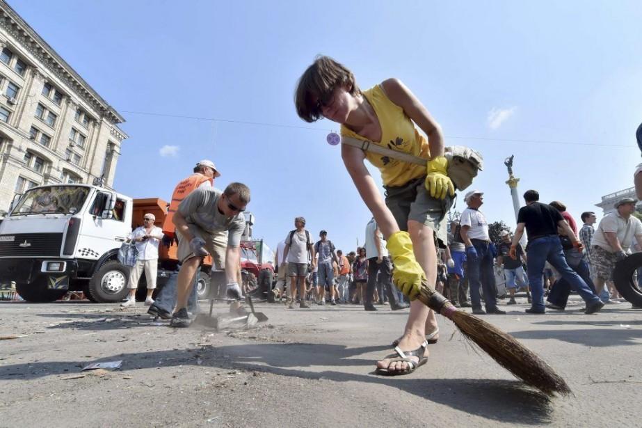Des résidants de Kiev ont participé au nettoyage... (PHOTO SERGEI SUPINSKY, AFP)