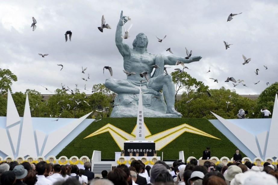 Des colombes ont été lâchées devant le mémorial... (PHOTO REUTERS/KYODO)