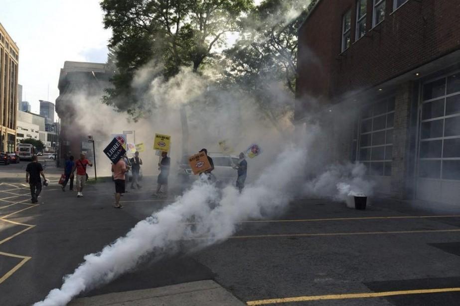 Des pompiers ont enfumé des secteurs du centre-ville,... (Photo tirée de Twitter)