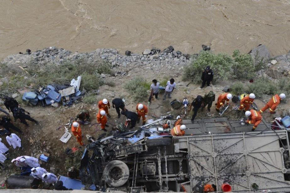 Des secouristes viennent en aide aux passagers, samedi... (PHOTO AP/XINHUA)