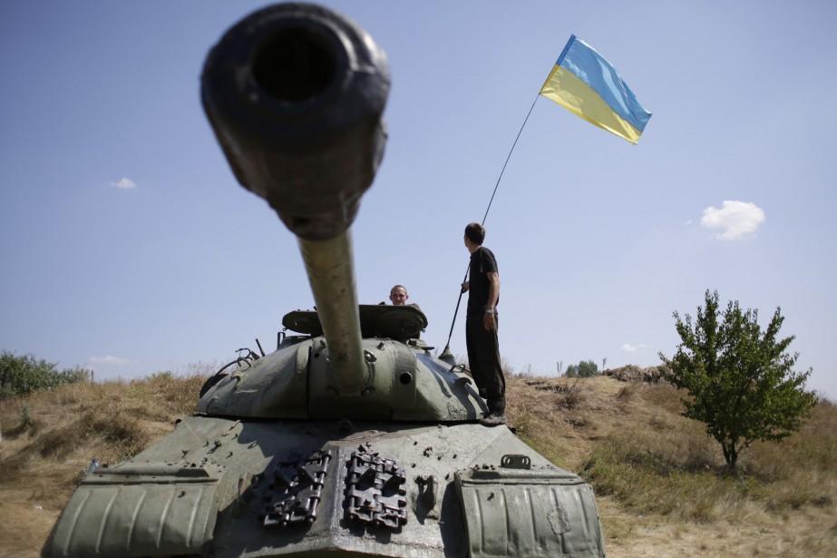 Des soldats ukrainiens hissent leur drapeau sur un... (PHOTO ANATOLII STEPANOV, AFP)