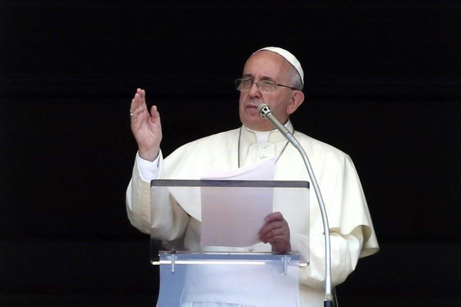 Le pape François s'adressant à la foule massée... (PHOTO STEFANO RELLANDINI, REUTERS)