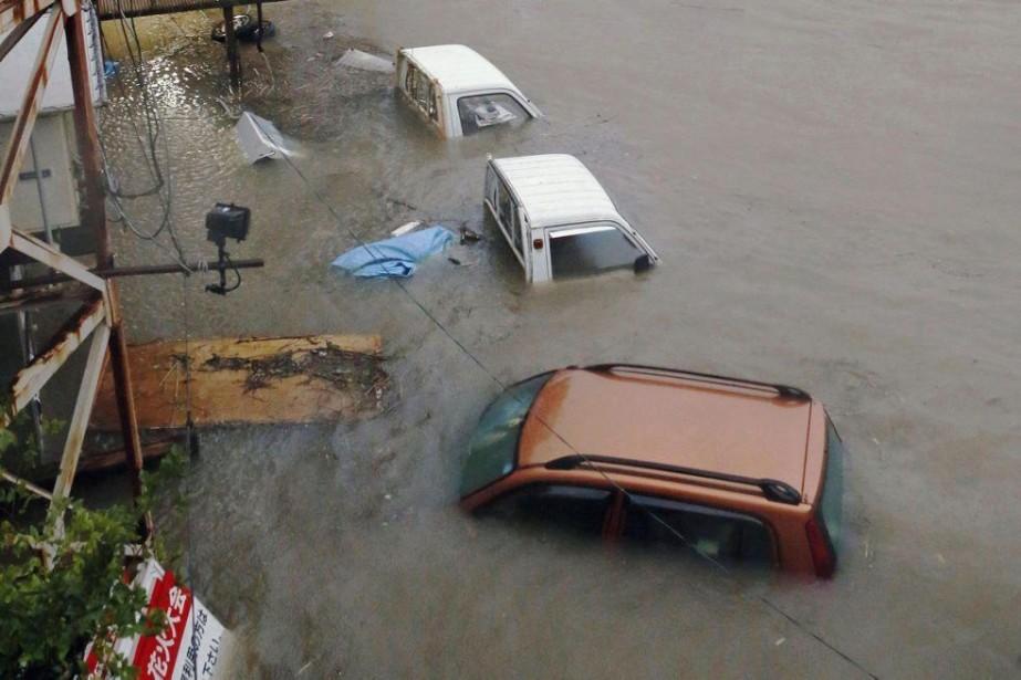 Des voitures se sont retrouvées sous l'eau après... (PHOTO REUTERS/KYODO)