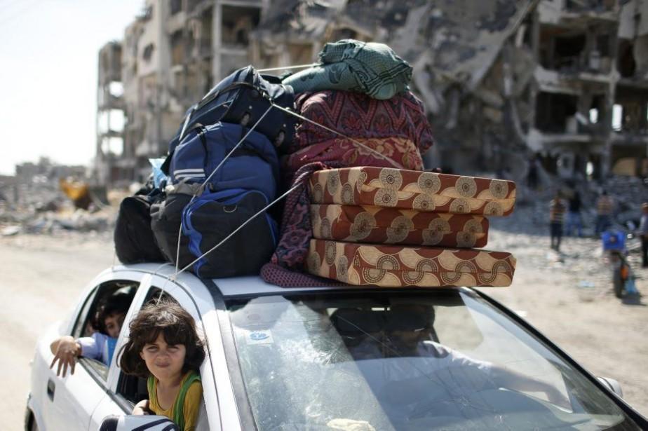 Des Palestiniens profitent de la trêve pour retourner... (PHOTO MOHAMMED SALEM, REUTERS)
