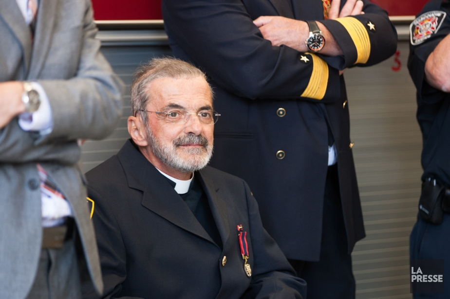 Raymond Gravel a été honoré par les pompiers... (NINON PEDNAULT, Archives La Presse)