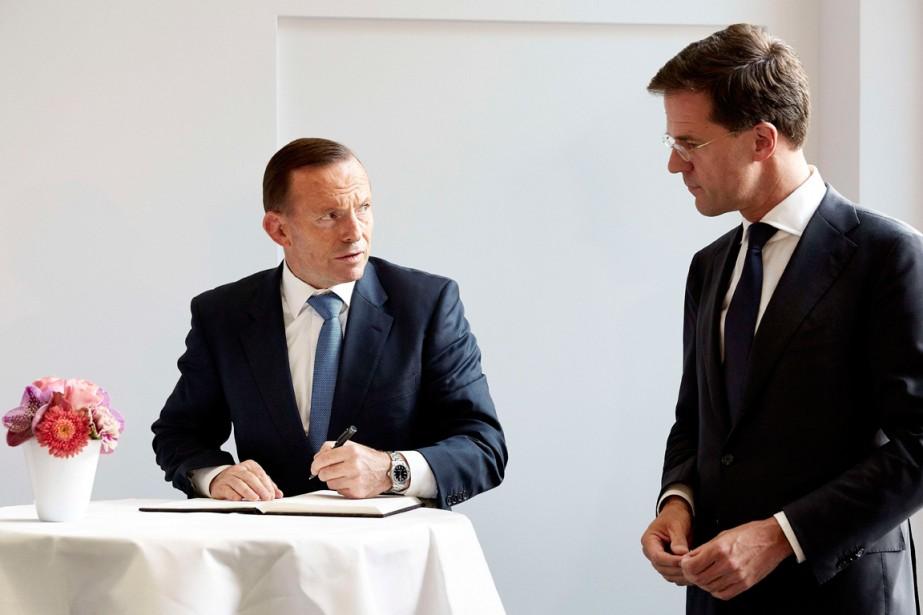 Le premier ministre australien Tony Abbott et son... (PHOTO MARTIJN BEEKMAN, AGENCE FRANCE-PRESSE)