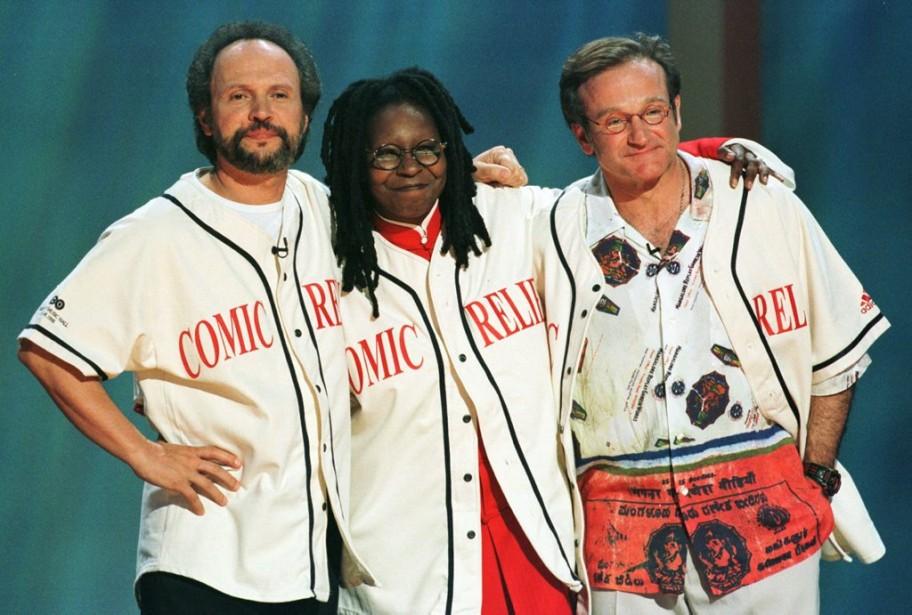 Billy Crystal, Whoopi Goldberg et Robin Williamssur la scène du Radio City Music Hall, à New York, dans le cadre de l'émission de charité <em>Comic Relief 8</em>, diffusée par HBO en 1998. (Reuters)
