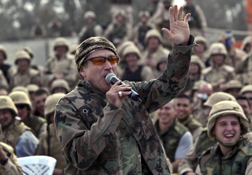Robin Williams est venu divertir des soldats américains en mission en Irak lors d'une escale à l'aéroport de Bagdad, en décembre 2003. (Reuters)