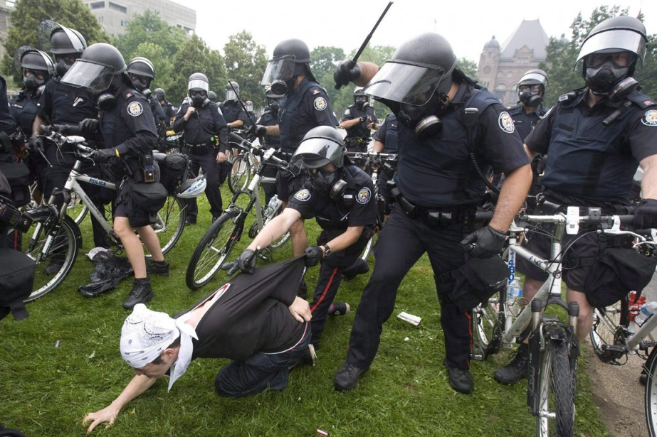 Arrestation d'un manifestant en 2010.... (PHOTO ARCHIVES LA PRESSE CANADIENNE)