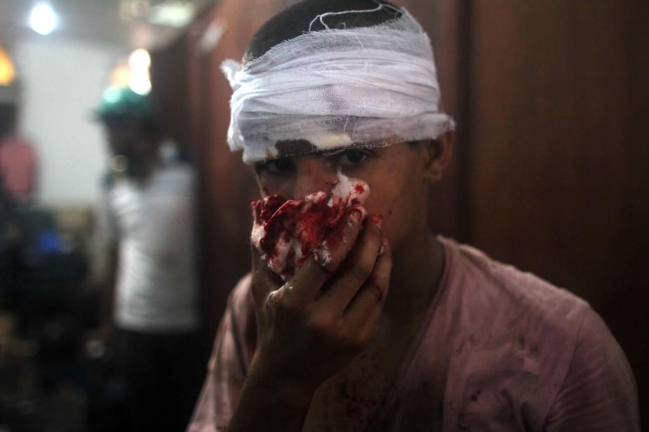 Un jeune Égyptien blessé lors de heurts entre... (Photo MOSAAB EL-SHAMY, Archives AFP)